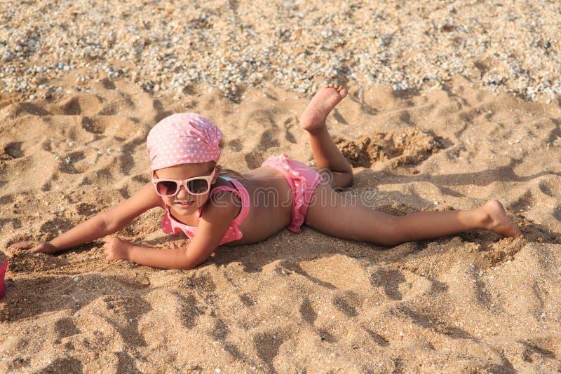 四年的女孩在海的 免版税库存照片