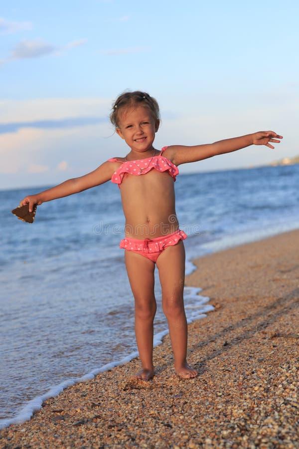四年的女孩在海的 免版税库存图片