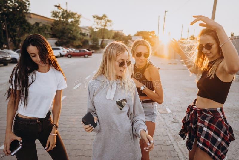 四年轻女人在停车场跳舞 免版税库存照片