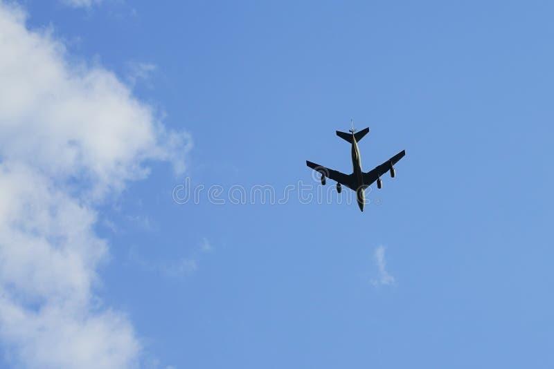 四引擎的运输飞机在天空中 免版税库存照片