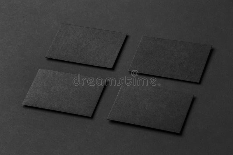 四张黑名片大模型在行安排了在黑pa 免版税库存图片
