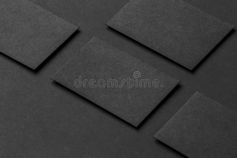 四张黑名片大模型在行安排了在黑pa 免版税库存照片