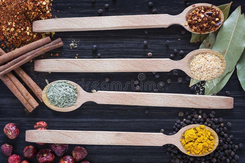 四把木匙子用各种各样的香料 免版税库存照片