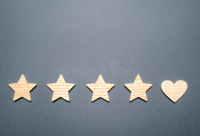 四星和心脏而不是五 顾客选择的概念 一般公认优质和好 免版税库存图片