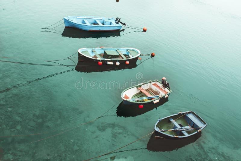 四条小船在绿松石海 库存照片