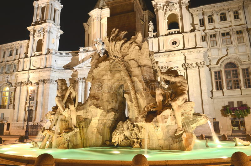 四条河的美丽的喷泉在纳沃纳广场的夜之前在罗马,意大利 库存图片