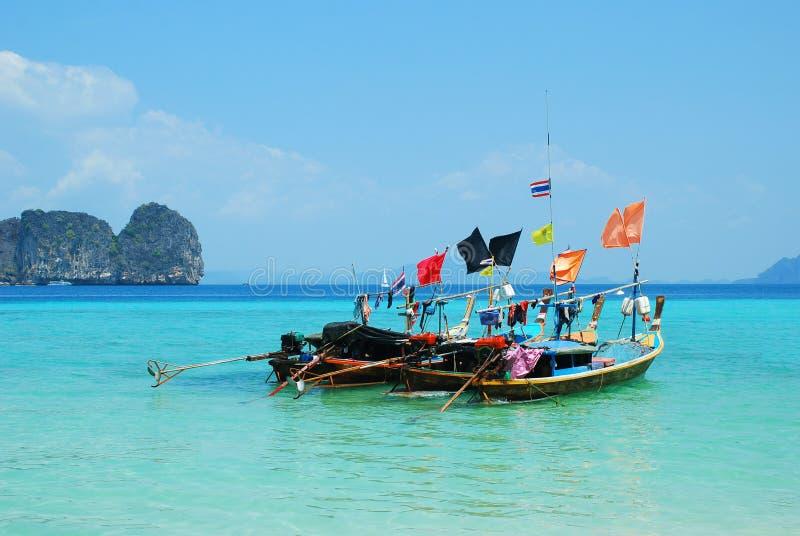 四条长尾巴小船在海浮动 照片背景是山和天空蔚蓝 这是夏天在泰国 库存图片