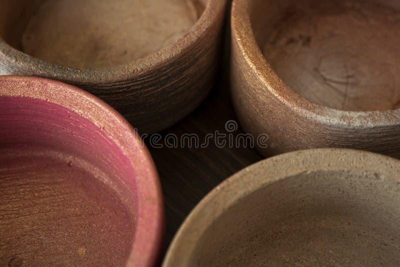 四构造了在米黄和桃红色特写镜头的具体罐 库存照片