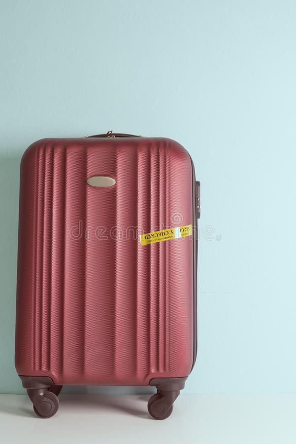 四轮坚硬壳红色手提箱 库存照片