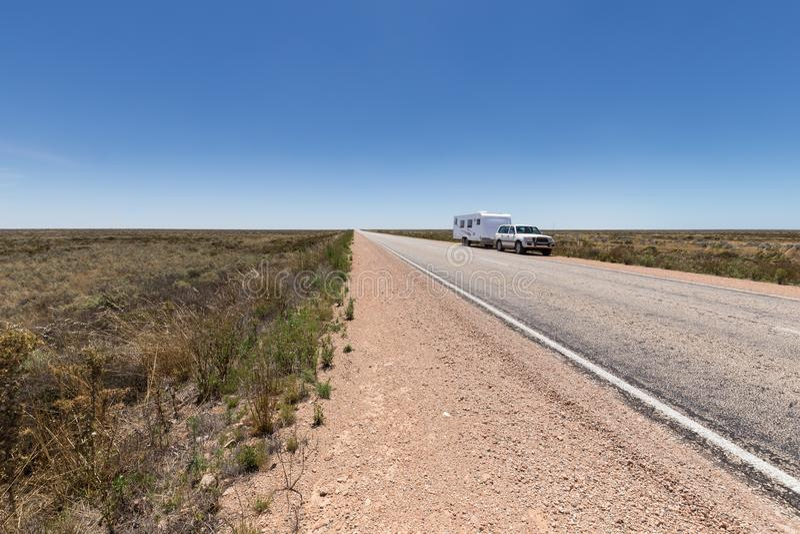 四轮驱动的车和大有蓬卡车由澳洲内地高速公路的边停放了 免版税库存照片