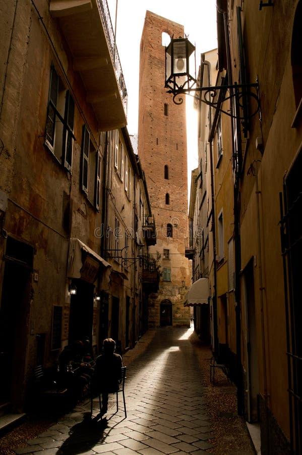 四边塔从诺利一条狭窄的街道的  免版税库存图片
