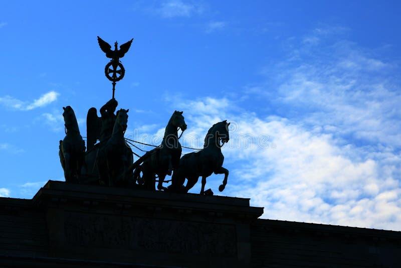 四马二轮战车剪影在勃兰登堡门的在黄昏 免版税库存照片