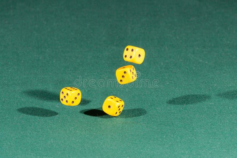 四黄色把落在一个选材台上切成小方块 免版税库存图片