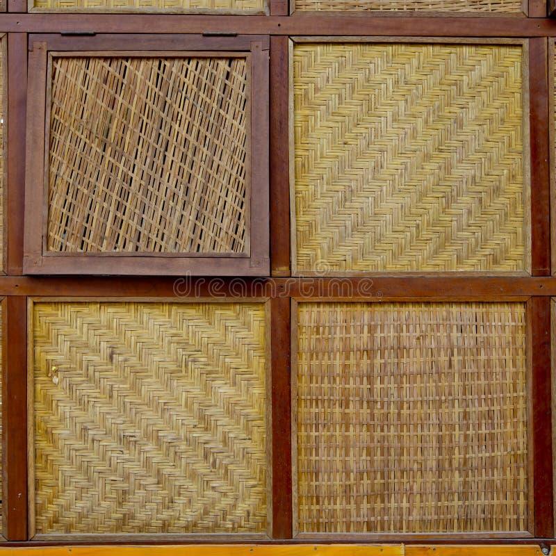四Styless竹子被编织的窗口有木边缘背景 免版税图库摄影