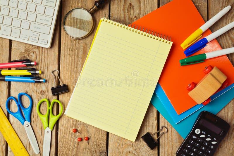 回到与笔记本的学校背景 在视图之上 免版税库存图片