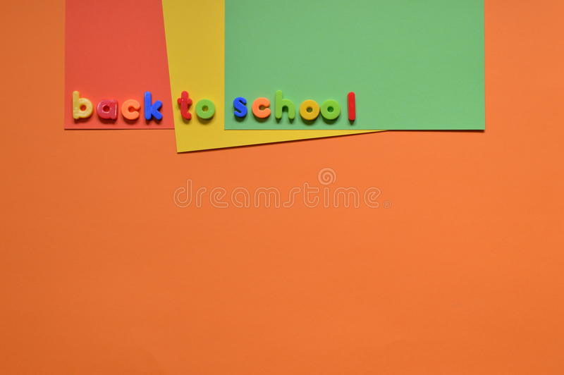 回到在五颜六色的纸板的学校信件 免版税库存图片