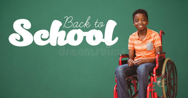 回到在黑板的学校课文有轮椅的残疾男孩的 免版税库存照片