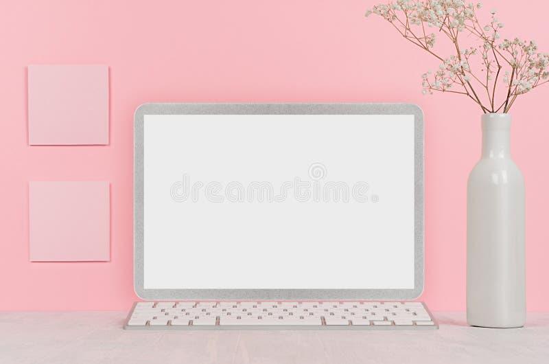 回到女孩`的s学校背景-白色文具,删去便携式计算机和贴纸在软的桃红色墙壁和白色木书桌上 免版税库存图片