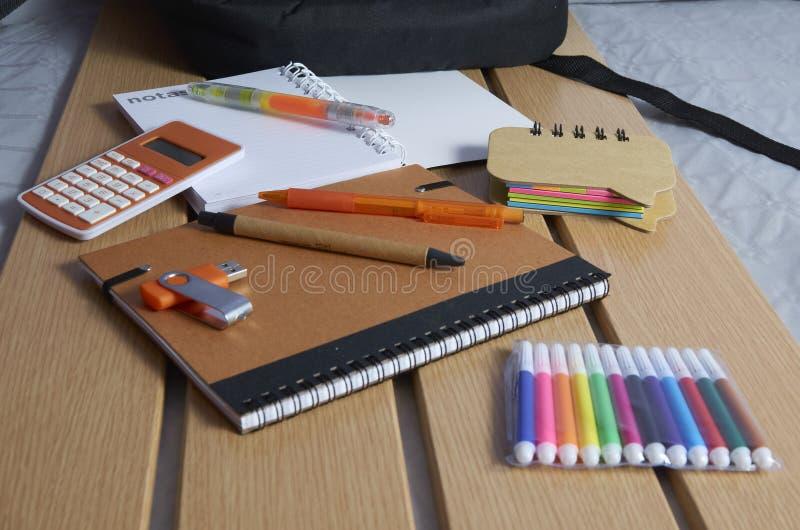回到学校、笔记本、笔和标志 免版税库存照片