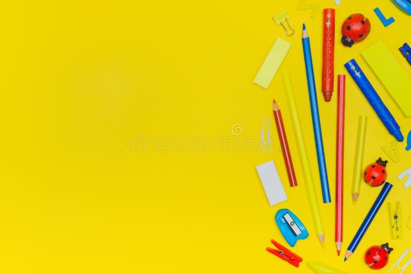 回到学校和事务概念 在yello的学校用品 库存照片