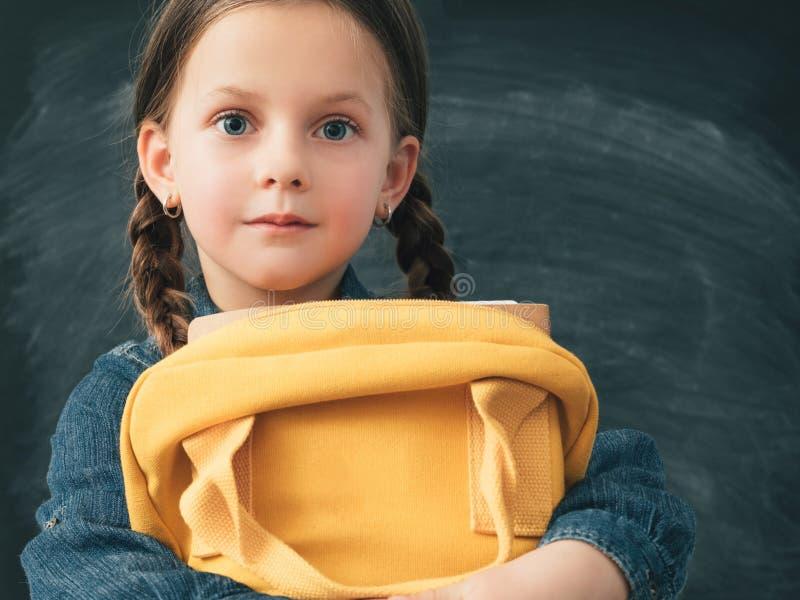 回到学校好奇女孩背包黑板 免版税库存图片