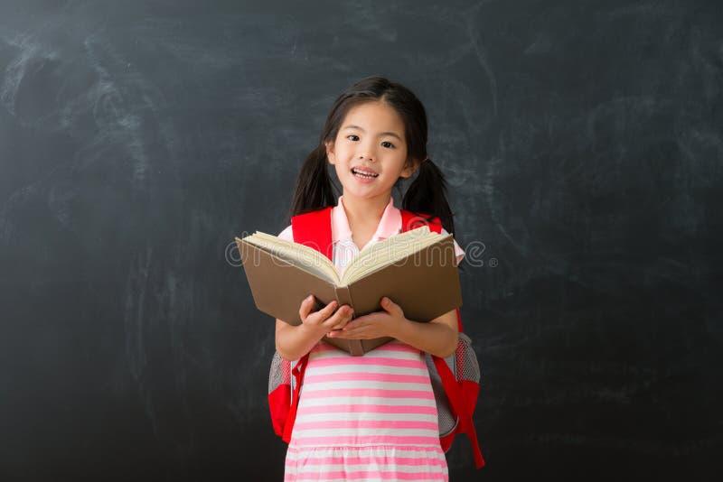 回到学校学习的愉快的女性孩子学生 库存照片