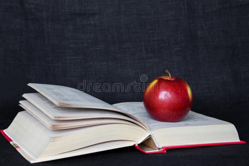 回到学校概念横幅 在开放页的红色苹果预定 r 库存照片