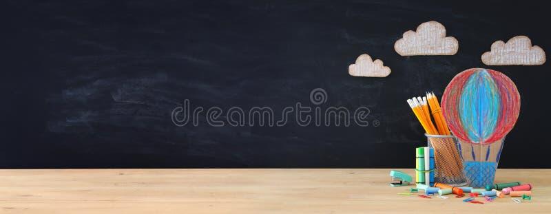 回到学校概念横幅 热空气轻快优雅和铅笔在教室黑板前面 免版税库存图片