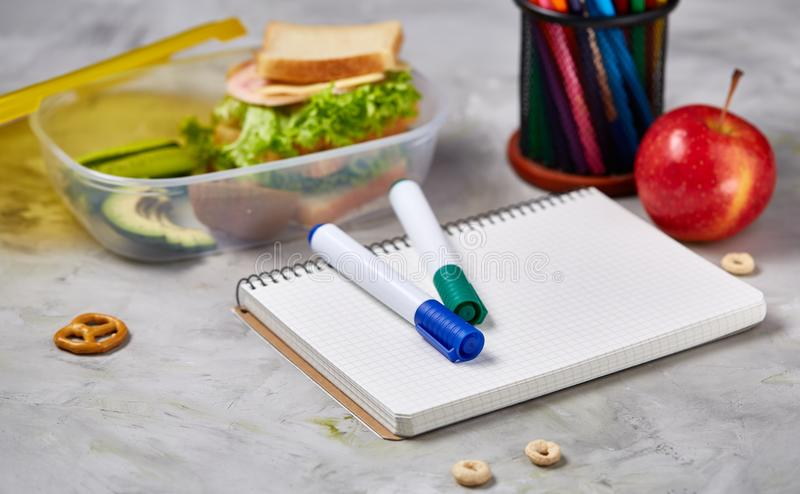 回到学校概念,学校用品,饼干,包装了午餐和饭盒在白色书桌,选择聚焦,特写镜头上 免版税库存照片