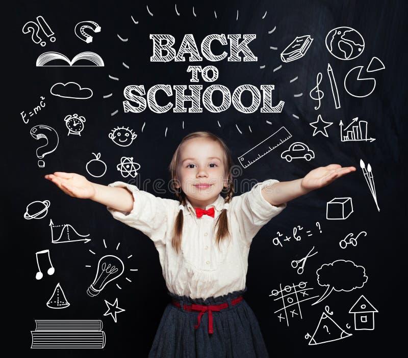 回到学校概念,愉快微笑的女小学生学习 免版税库存图片