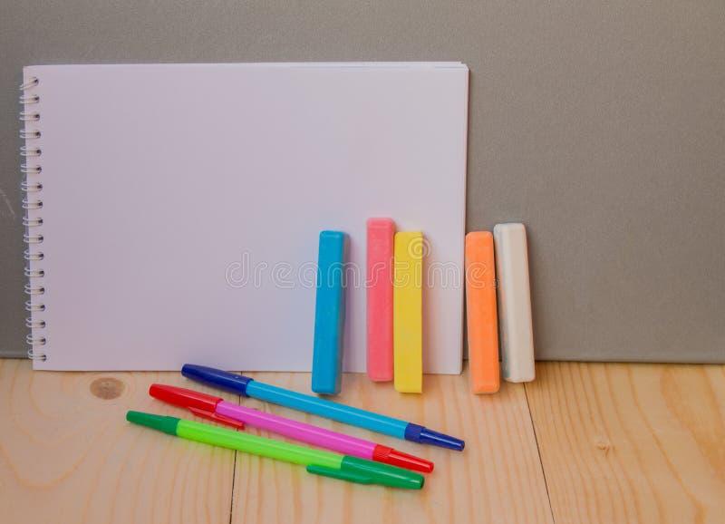 回到学校概念,笔,笔记薄,白垩 免版税库存图片