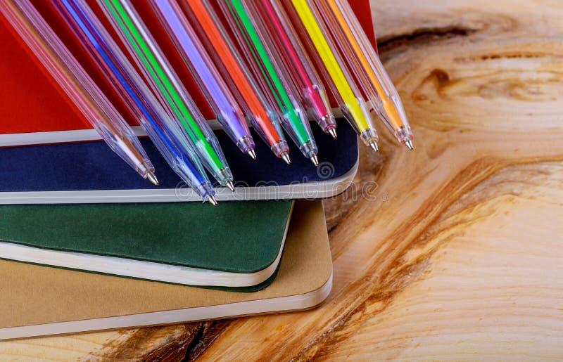 回到学校概念,色的笔,习字簿木头背景 库存图片
