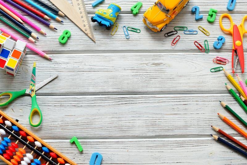 回到学校概念-办公室和学生适应在木桌 文本的空间 库存照片