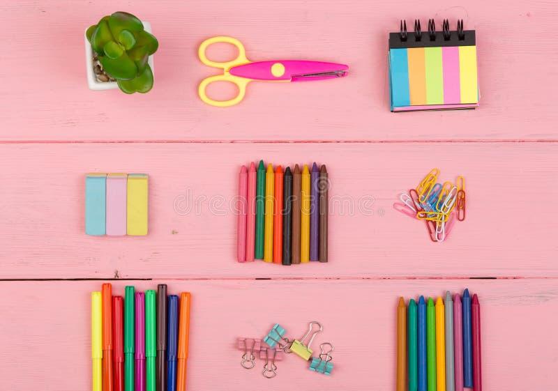 回到学校概念-学校用品:剪刀、橡皮擦、标志、蜡笔和其他辅助部件 免版税库存照片