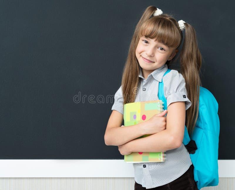 回到学校概念-有背包的女小学生 免版税图库摄影