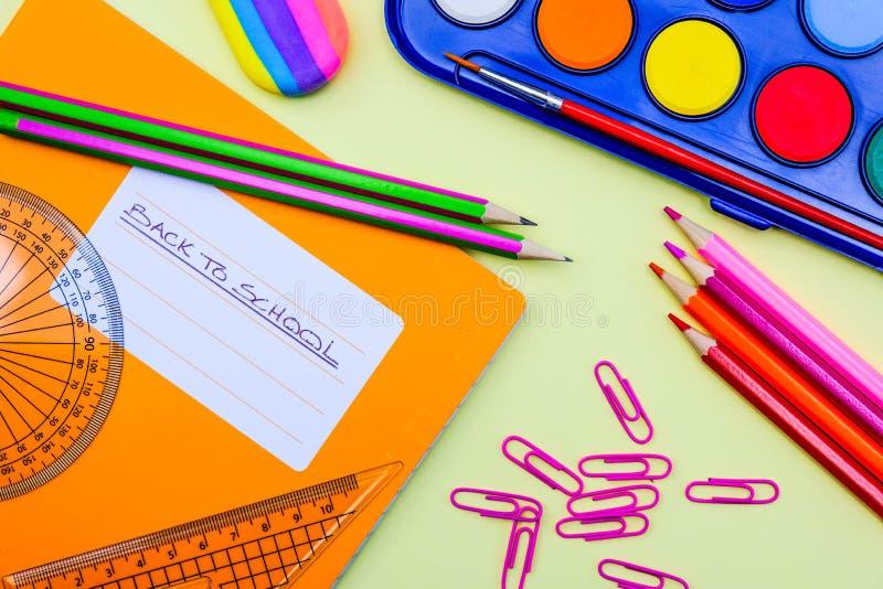 回到学校油漆铅笔和设备 免版税库存图片