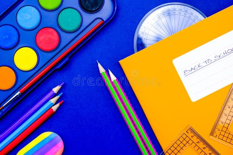 回到学校油漆铅笔和设备 库存图片