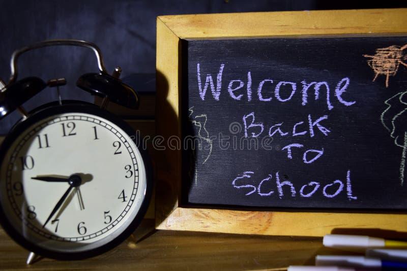 回到学校消息概念的欢迎与在黑板写的行情 免版税库存图片