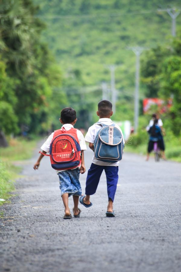 回到学校的两个孩子 库存图片