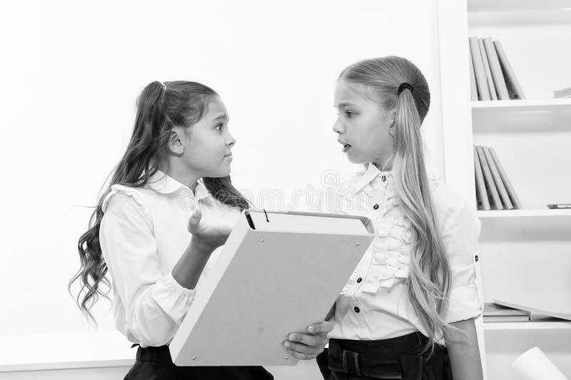 回到学校的小女孩孩子教育的分类 在教育和训练活动期间,女孩解决问题 免版税库存图片