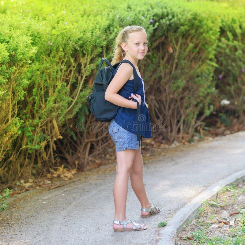 回到学校的愉快的微笑的女孩 免版税库存图片