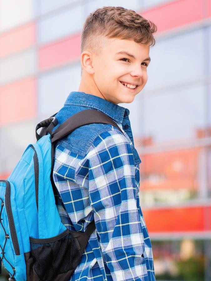 回到学校的青少年的男孩 免版税库存照片