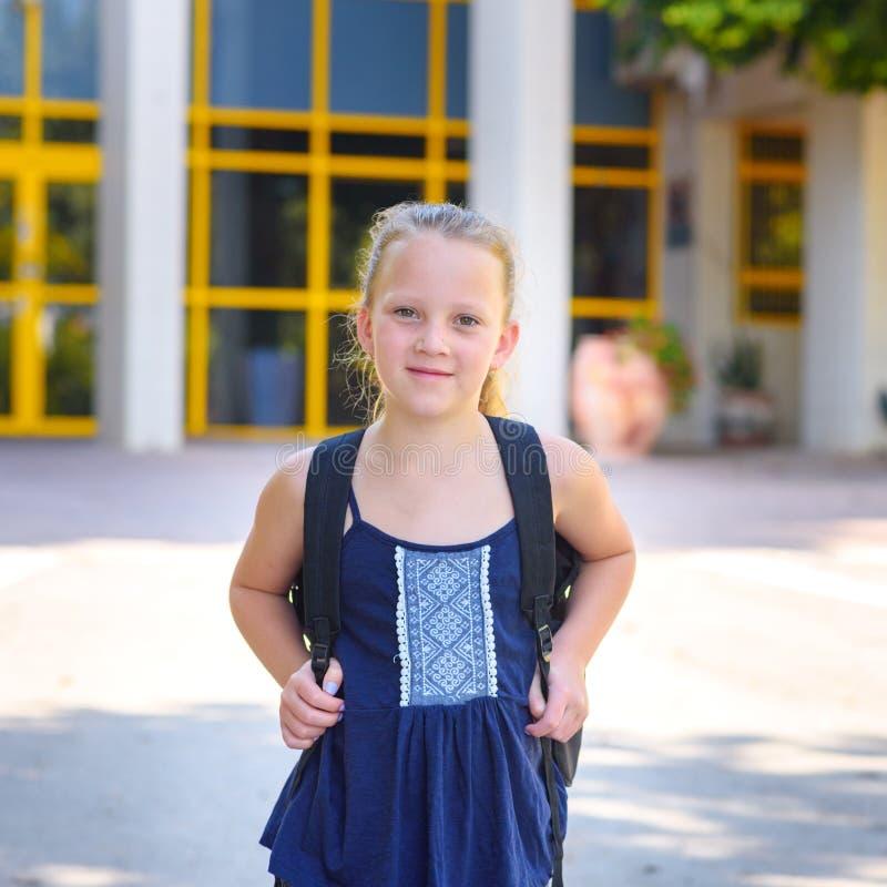 回到学校的Portrair愉快的微笑的孩子 免版税库存图片