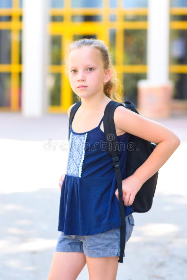 回到学校的Portrair青少年的女孩 免版税图库摄影