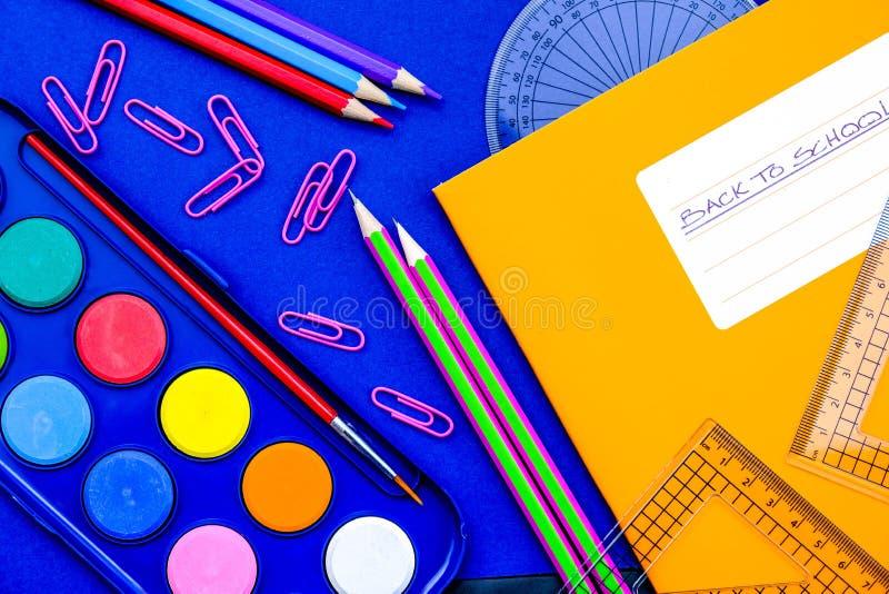 回到学校笔记本和铅笔 库存照片