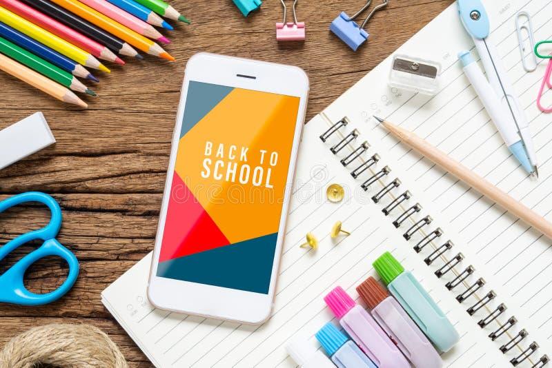 回到学校背景概念 嘲笑您的艺术品的手机与在生锈的求爱的背景的学校固定式项目, 图库摄影
