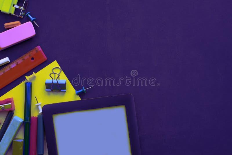 回到学校苹果背包文具的超现实主义概念在黑背景 库存图片