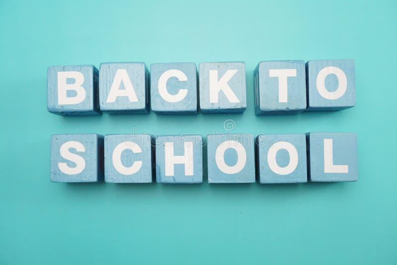 回到学校课文字母表信件顶视图在蓝色背景的舱内甲板位置 免版税图库摄影