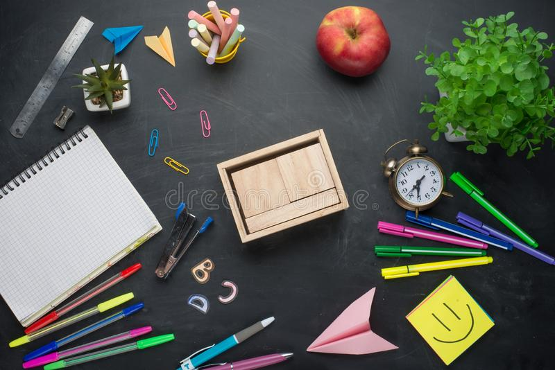 回到学校闹钟、铅笔苹果计算机笔记本和空白的日历,在委员会的背景的文具的横幅概念 de 图库摄影