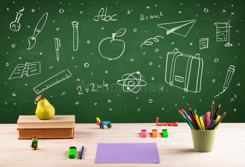 回到学校黑板和颜色铅笔 库存照片